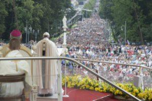 """""""Dios nos salva haciéndose pequeño, cercano y concreto"""". misa en Częstochowa"""