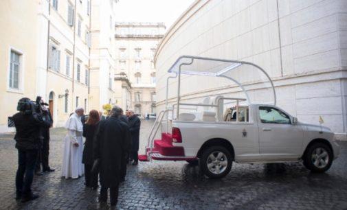 México: El pueblo regala al Papa el papamóvil de su viaje al país