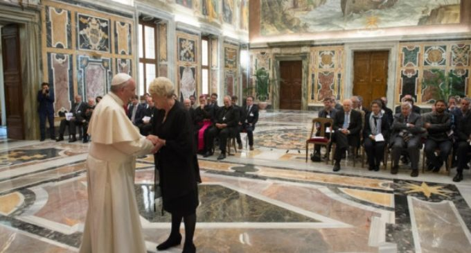 """Papa Francisco: """"Trabajar para ir más allá del modelo social vigente"""""""
