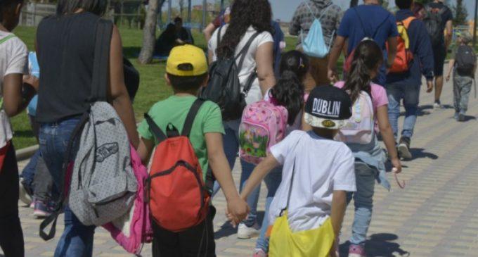 23 niños de la Cañada Real cumplirán su deseo de conocer el mar gracias a Cáritas