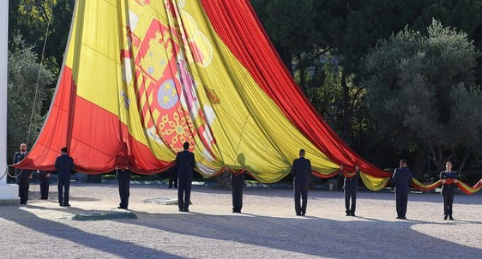 Dos centenares de civiles se suman al homenaje militar a la bandera de España en la Plaza de Colón de Madrid