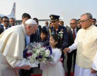 Bangladesh: Bienvenida al Papa con flores, bailes y color