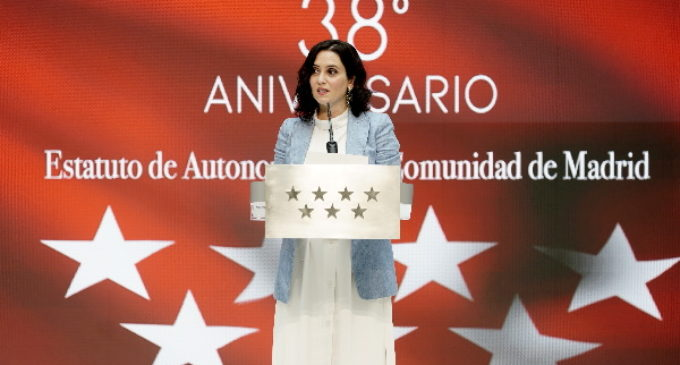 """Díaz Ayuso presenta la adaptación del Estatuto de Autonomía a lectura fácil: """"Derribamos una barrera invisible que impedía a muchos madrileños conocerlo"""""""
