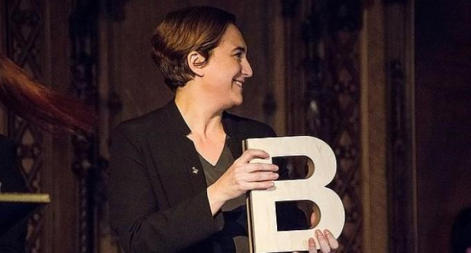 """Enraizados entrega 60.000 firmas para que Ada Colau retire el Premio Ciudad de Barcelona a la autora del """"Padrenuestro blasfemo"""""""