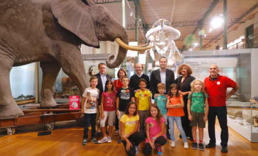 Aguado desayuna con decenas de familias que pasan la noche en el Museo de Ciencias Naturales