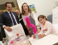 Aguado participa en una campaña de reparto de juguetes a niños hospitalizados
