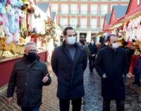 Aguado respalda a los pequeños comerciantes y a los autónomos en su visita al mercado navideño de la Plaza Mayor