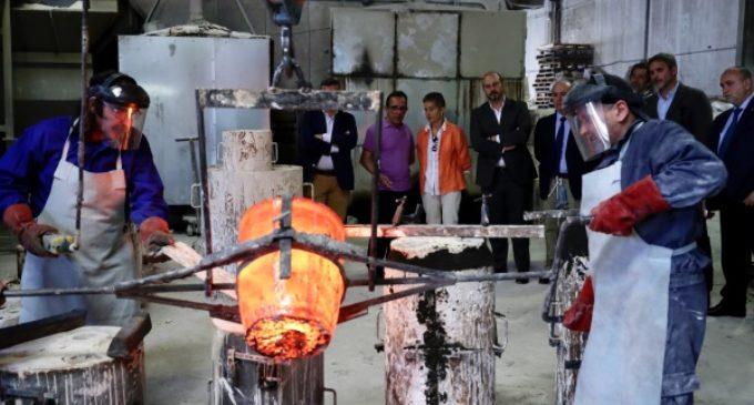 """Rollán supervisa los trabajos de réplica en bronce del """"Álamo centenario"""" de Miraflores de la Sierra"""