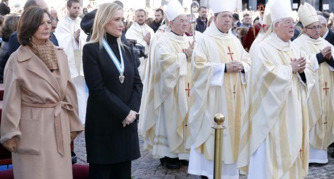 Cifuentes asistió en la Plaza Mayor a la misa con motivo de la Festividad de La Almudena