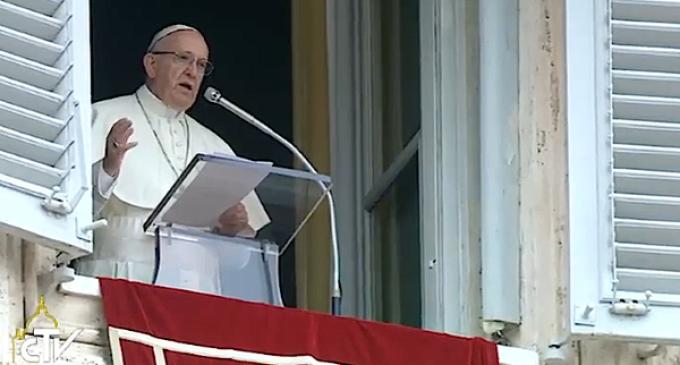 El Papa reza el Ángelus y pide una respuesta coral, distribuyendo equitativamente el peso de los refugiados