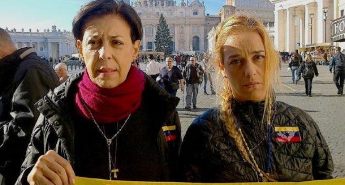 Madre y esposas de opositores presos en Venezuela 'se encadenan' en el Vaticano