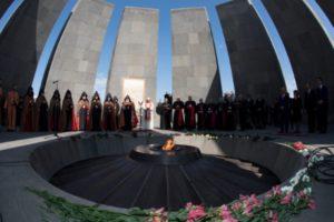 Armenia . Día 2. reza en el memorial de Tzitzernakaberd 1