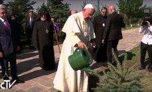 Armenia . Día 2. reza en el memorial de Tzitzernakaberd. mausoleo 2