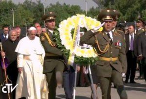 Armenia . Día 2. reza en el memorial de Tzitzernakaberd. mausoleo