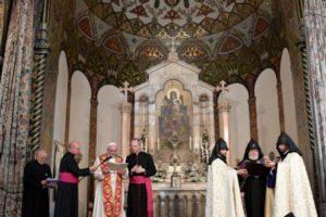 Armenia. Día 1. El Papa Francisco y Karekin II en la Catedral Apostólica de Ereván,