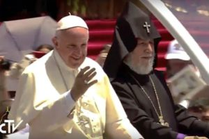 Armenia. Día 2. Saludo a los fieles desde el papamovil 1