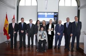 """CIFUENTES RECOGE EL PREMIO CERMI A LA MEJOR ACCIÓN AUTONÓMICA A FAVOR DE LAS PERSONAS CON DISCAPACIDAD POR LA PUESTA EN MARCHA DEL CRECOVI La presidenta de la Comunidad de Madrid, Cristina Cifuentes, recoge el premio CERMI en la categoría de """"Mejor acción autonómica"""" en beneficio de las personas con discapacidad, por la puesta en marcha del Centro Regional de Coordinación y Valoración Infantil (CRECOVI), un centro pionero y único en España ya que es el único donde se realiza la valoración del grado de discapacidad y/o dependencia a niños menores de 6 años con discapacidad o riesgo de padecerla. Sólo el pasado año, el CRECOVI realizó casi 4.000 valoraciones del grado de discapacidad a los más pequeños.   Foto: D.Sinova / Comunidad de Madrid"""