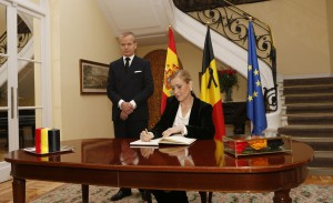 Atentado Bélgica. Condolencias Cifuentes Embajada 1