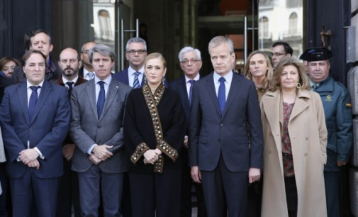 Cifuentes guarda un minuto de silencio con el embajador belga por las víctimas del atentado de Bruselas