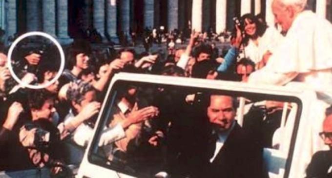 """13 de mayo de 1981, Luigi Accattoli : """"Rezábamos atónitos pensando que el Papa estaba muerto»"""