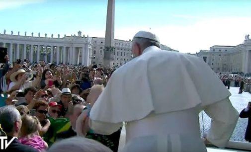 """El Papa en la audiencia: """"Jesús camina con discreción junto a los desalentados, para devolverles la esperanza"""