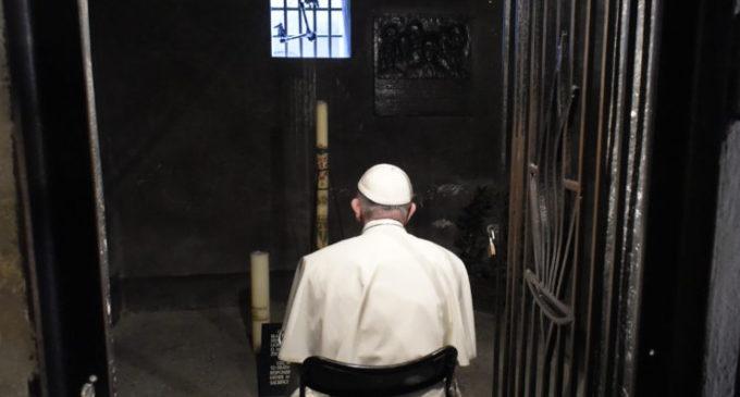 El Papa reza en silencio ante el horror vivido en Auschwitz
