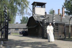 Auschwitz. El-Papa-entra-a-Auschwitz-413x275[1]