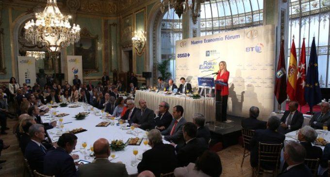 Rajoy presenta a Cristina Cifuentes en un desayuno informativo en el que hace balance de sus dos primeros años de Gobierno