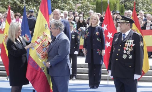 Cifuentes participa en el acto de entrega de la bandera nacional a la Jefatura Superior de Policía de Madrid