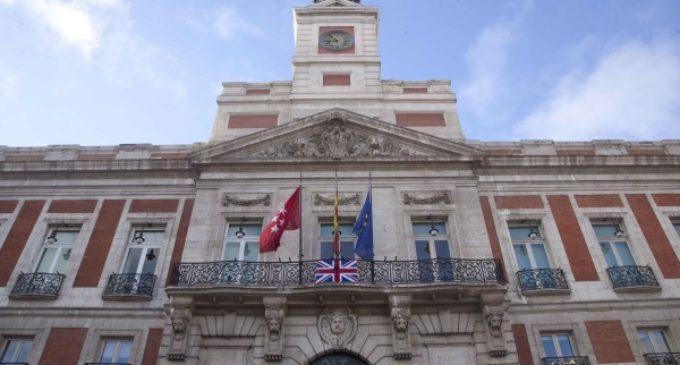 En solidaridad con las víctimas del atentado de Londres, la bandera británica con crespón negro, en la Real Casa de Correos