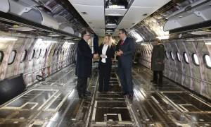 """CIFUENTES VISITA EL HANGAR 6 DE IBERIA EN """"LA MUÑOZA"""" EN SU XXV ANIVERSARIO Y EL PRIMER A330-200 QUE ACABA DE RECIBIR LA COMPAÑÍA La presidenta de la Comunidad de Madrid, Cristina Cifuentes, visita el hangar 6 de Iberia en """"La Muñoza"""", en la Zona Industrial situada junto al Aeropuerto Adolfo Suárez Madrid-Barajas, que acaba de cumplir XXV años, y el primero de los Airbus A330-200 recibidos por la aerolínea dentro de su importante plan de renovación de flota.  Foto: D.Sinova"""