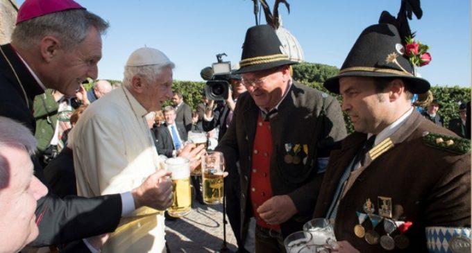 Benedicto XVI brinda con cerveza de Baviera en su 90 cumpleaños