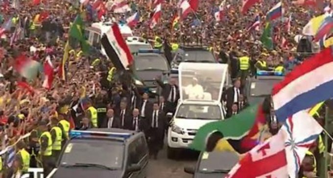 Los jóvenes reciben al Papa en el parque Blonia con emoción y entusiasmo