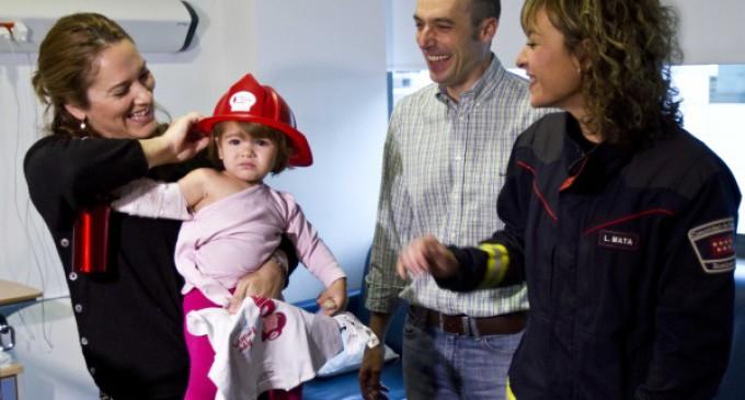 Los bomberos de la Comunidad celebran la Navidad con los niños ingresados en los hospitales de la región