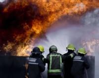 Los aspirantes a bomberos de la Comunidad se forman en incendios con prácticas con fuego real