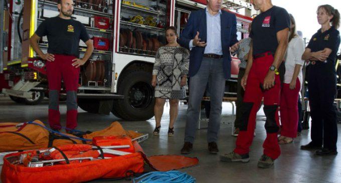 Garrido visita el parque de bomberos en Navacerrada y asiste a una maniobra de entrenamiento