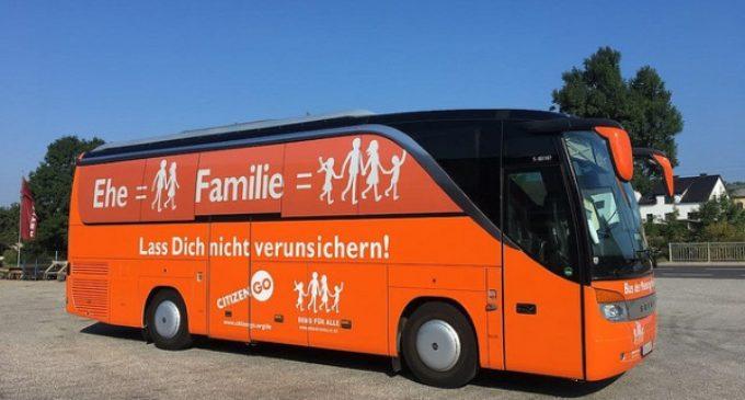 El #HOBus prosigue su gira alemana entre el apoyo de manifestantes profamilia  y los ataques de radicales LGTBI