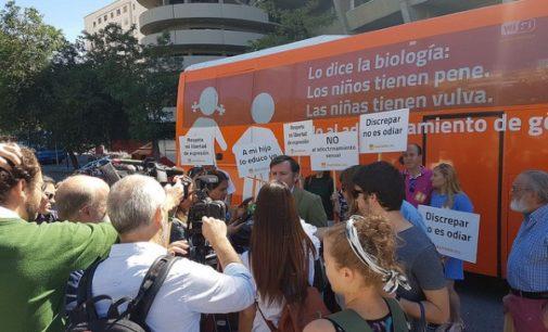 El #HOBus recorre Madrid con el lema 'Lo dice la biología:  Los niños tienen pene. Las niñas tienen vulva. No al adoctrinamiento de género'