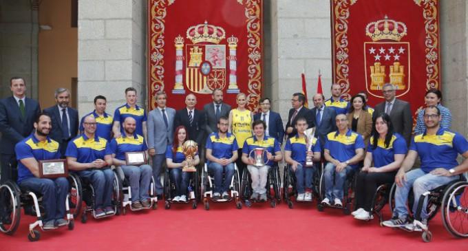 En la Casa de Correos, Cifuentes recibe al CD Ilunion, el equipo de baloncesto en silla de ruedas tres veces campeón
