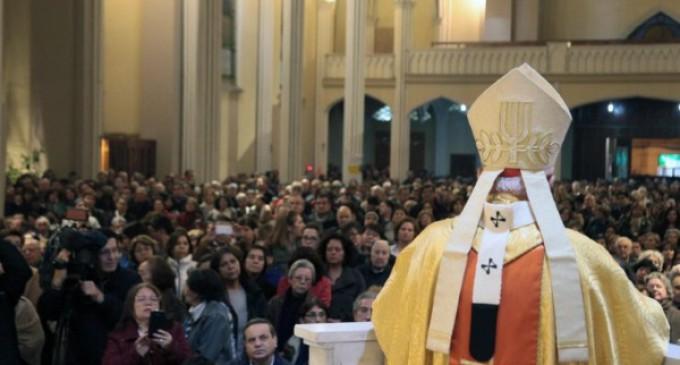Chile: miles de fieles participan en la misa de desagravio del templo profanado