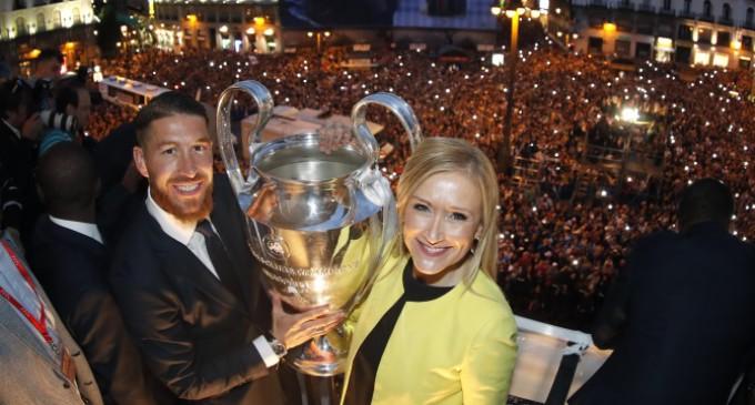 Cifuentes recibe al Real Madrid y homenajea, junto al equipo, a los fallecidos en el atentado de Irak
