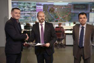 ROLLÁN FIRMA UN CONVENIO CON LA APLICACIÓN MOOVIT PARA FACILITAR INFORMACIÓN A LOS CIUDADANOS SOBRE LOS DIFERENTES MEDIOS DE TRANSPORTE El consejero de Transportes, Vivienda e Infraestructuras de la Comunidad de Madrid, Pedro Rollán, firma hoy un convenio a través del cual la APP Moovit podrá disponer de información de los diferentes transportes públicos madrileños con el fin de facilitar a los viajeros la forma de viajar que más les convenga.  Foto: D. Sinova / Comunidad de Madrid