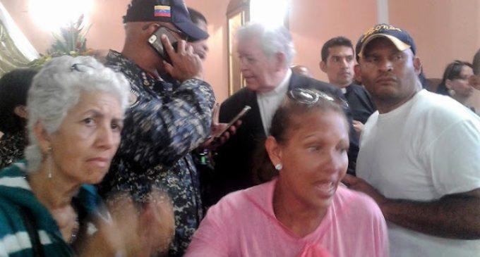 Cardenal venezolano retenido dentro de una iglesia por grupos armados