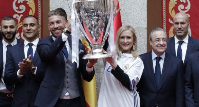 Cifuentes felicita al Real Madrid de fútbol tras proclamarse campeón de la Champions League