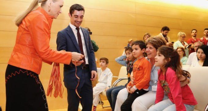 """Cifuentes felicita a Javier Fernández por su medalla olímpica y lo pone como """"ejemplo de ánimo y superación"""""""