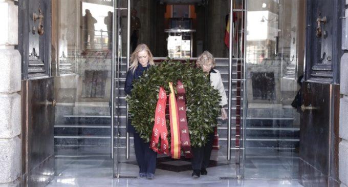 Cifuentes y Carmena depositan una corona de laurel ante la placa que recuerda en Sol a las víctimas del 11M