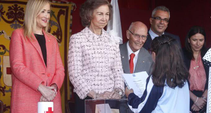 Cifuentes acompaña a S.M la Reina Doña Sofía en la cuestación del Día de la Banderita de Cruz Roja