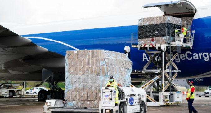Díaz Ayuso consigue que los aviones con material sanitario queden exentos de las tasas de aterrizaje y tránsito aéreo