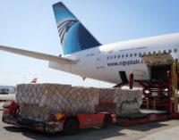 Casi 350.000 trajes de protección para sanitarios en el decimoctavo avión de la Comunidad de Madrid con material para el COVID-19