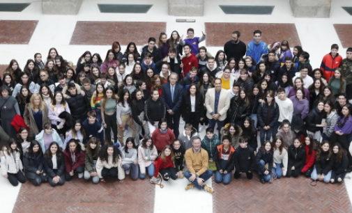 Díaz Ayuso pide a los estudiantes que sean responsables en el uso de la tecnología para evitar el ciberacoso